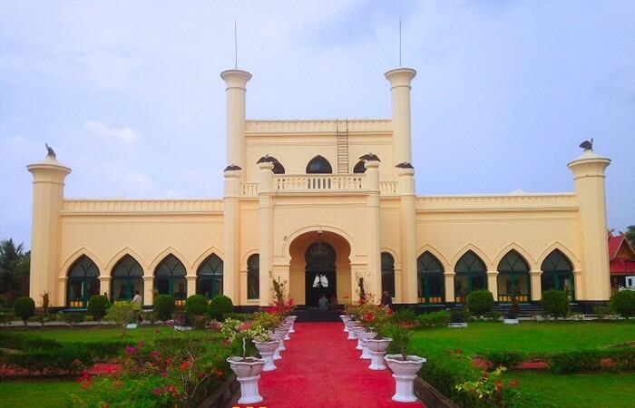 Istana Siak memiliki arsitektur bercorak Melayu, Arab, dan Eropa. Bangunannya terdiri dari dua lantai.