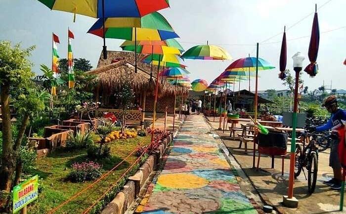 Jalan Payung di taman limo jatiwangi menjadi slaah satu lokasi yang menarik banyak pengunjung