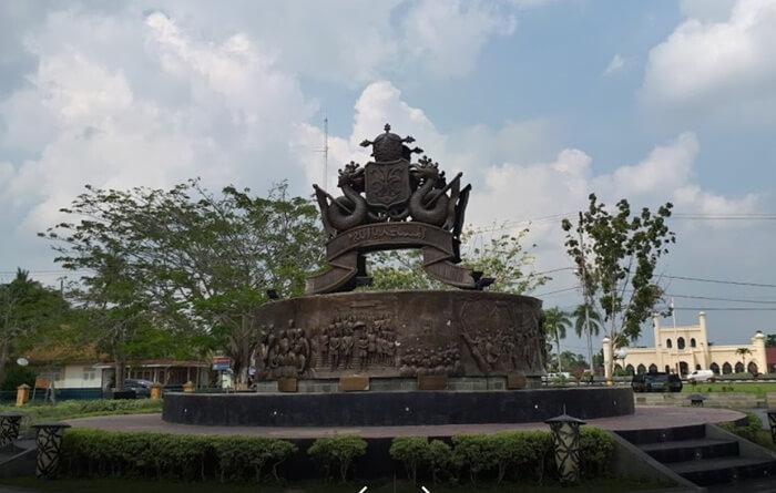 Lambang Kerajaan Siak berdiri megah di halaman istana, melambangkan kejayaan kesultanan