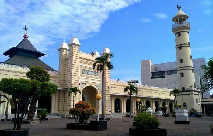 Tempat wisata Pekalongan Masjid Agung Al Jami berarsitektur Jawa-Arab. Ini bisa dilihat dari kubahnya yang berbentuk joglo. Sementara arsitektur Arab nampak dari serambi masjid.