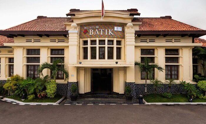 Tempat wisata Pekalongan Museum Batik, menempati gedung tua berbentuk segi empat simetris dengan taman di tengahnya yang ada sejak 1906
