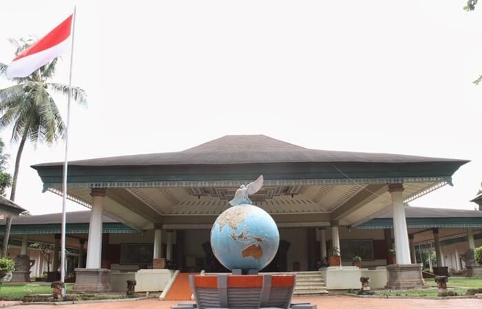 Museum Perangko Indonesia, sebuah tempat wisata di cibubur yang didedikasikan utnuk emncatat sejarah perkembangan dunia post di indonesia