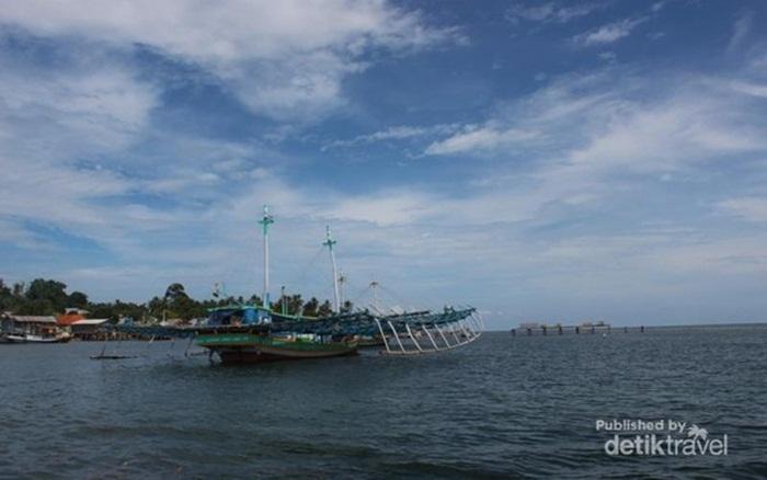 , di pantai tempat wisata Bangka yang menghadap langsung ke perairan Selat Gaspar ini, terhampar begitu banyak batu bak sengaja dihamburkan.