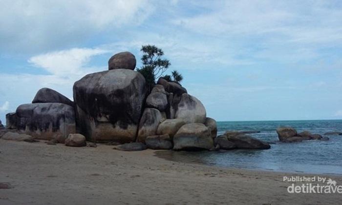 Pantai tempat wisata Bangka Turun Aban, terletak di sisi timur Bangka. Pasir yang putih, air yang biru, dan juga batuan khas Bangka semakin mempercantik pantai satu ini.