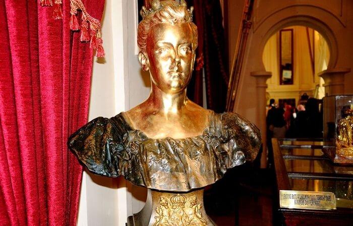 Patung perunggu Ratu Wihemina. di istana siak
