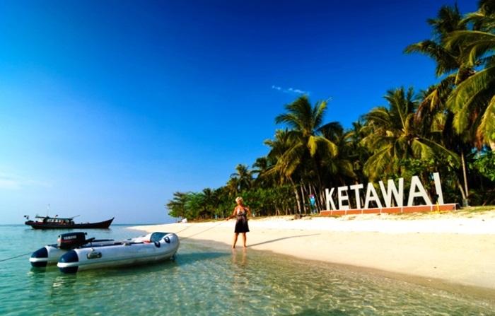 Pulau Ketawai tidak berpenghuni dan hanya dijaga oleh satu orang penjaga. Luas pulau tempat wisata Bangka ini sekitar 28 hektar.