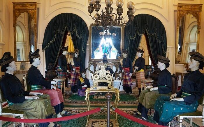 Replika Permusyawarahan para pembesar istana Siak menjadi salah satu diorama di dalam istana yang bsia dilihat pengunjung