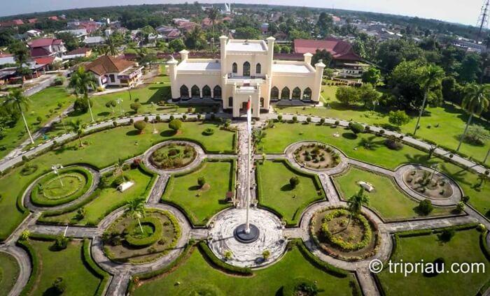 Kompleks istana ini memiliki luas sekitar 32.000 meter persegi yang terdiri dari 4 istana yaitu Istana Siak, Istana Lima, Istana Padjang, dan Istana Baroe.
