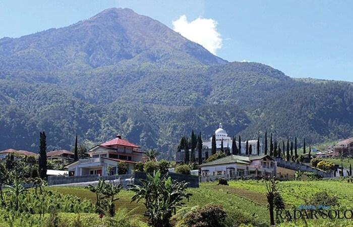 Posisi geografis di lereng gunung lawu membuat Tempat wisata tawangmangu terkenal dengan udaranya yang sejuk dan dingin.