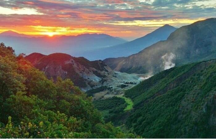 Wisata Gunung Kelud menata diri pasca erupsi 2014. Selain panorama alam yang menawan, gunung yang terletak di perbatasan Kabupaten Kediri dan Blitar itu menawarkan berbagai atraksi dan spot wisata di sekitarnya.