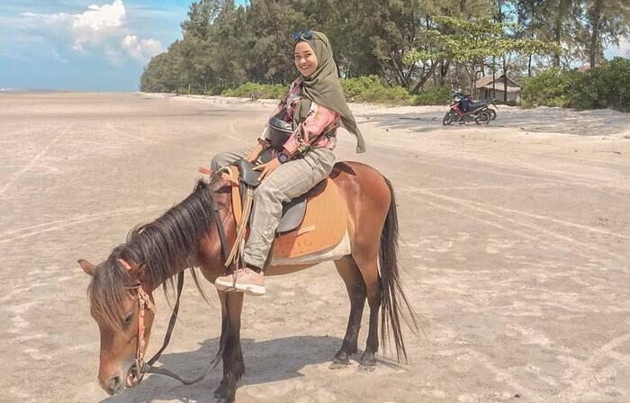Berkuda di pantai Ketapang, pesisir utara pulau rupat .