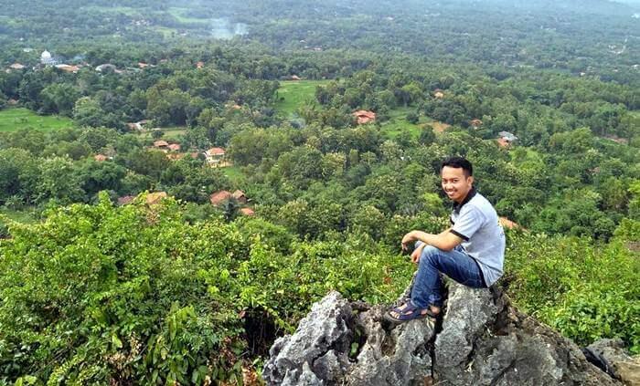 Bukit tempat wisata Madura ini memiliki ketinggian 200 meter di atas permukaan laut. Letaknya sekitar 30 Km dari kota Bangkalan