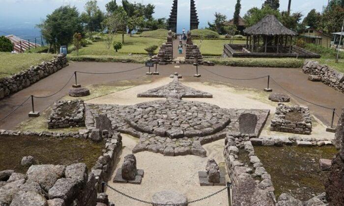 tempat wisata tawangmangu candi dheto masih berupa candi aktif, yang dipakai tempat peribadatan umat hindu dan kejawen