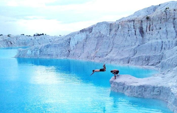 . Danau Kaolin tempat wisata Bangka ini adalah sebuah danau yang memiliki warna daratan yang putih bersih layaknya hamparan salju, dan air danau yang berwarna biru muda.