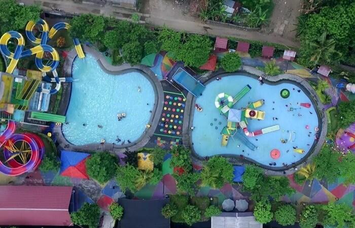 Berdiri di atas lahan seluas 2,5 hektar menjadikan Galaxy Waterpark banyak menghadirkan kolam dan wahana-wahana bermain di atas air yang tentu sangat cocok untuk dijadikan destinasi wisata liburan.