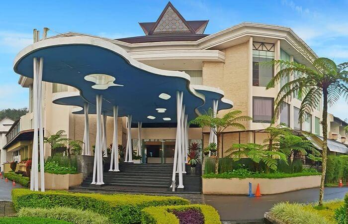 Mikie Holiday Funland menyediakan Fasilitas penginapan berupa hotel mulai dari kelas ekonomi hingga kelas ekskulsif. Tinggal pilih menyesuaikan dengan kondisi.