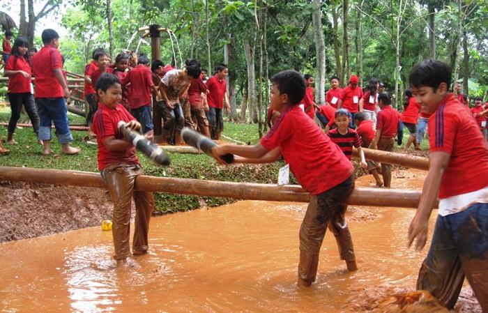Permainan anak di Kampung Mean menjadislaahs atu kegiatan menarik di tempat wisata cibubur ini