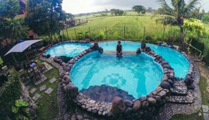 Kolam belakang villa di penginapan desa wisata tebi memberikan sensasi yang luar biasa.
