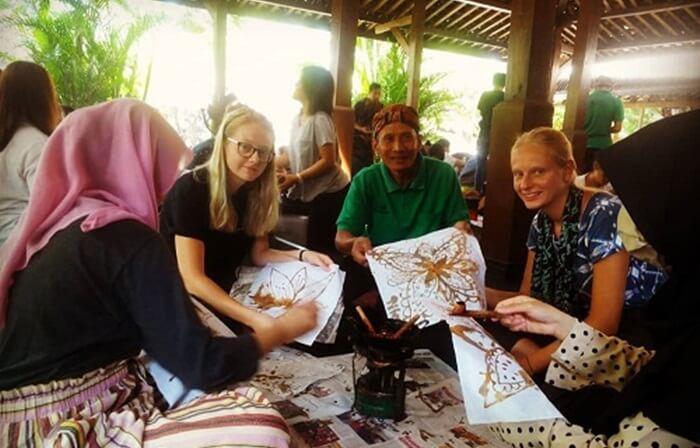 Belajar membatik di desa wisata tembi tidak hanya menarik minat pengunjung nusantara. pengunjung mancanegara juga banyak yang tertarik dengan kegiatan ini..