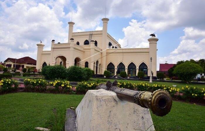 meriam istana Siak terletak di depan istana mengahdap ke sungai. Meriam berfungsis ebagai pertahanan terhadaps erangan musuh dari arah sungai