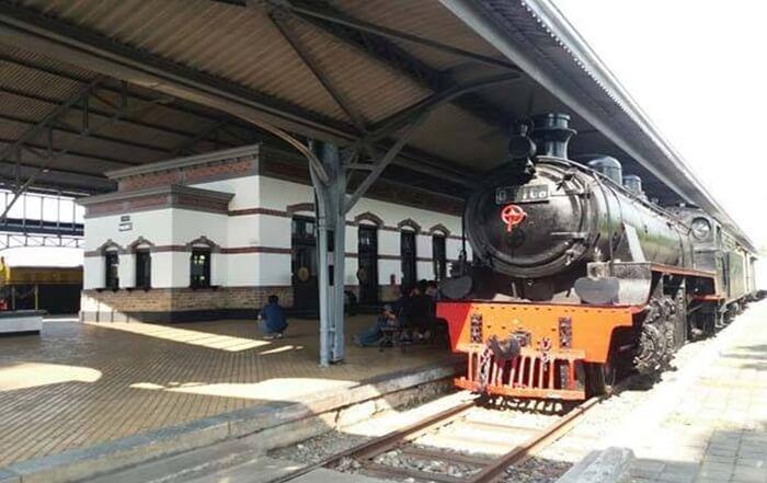 Pengunjung tempat wisata Ambarawa ini bisa merasakan pengalaman naik kereta api Uap.