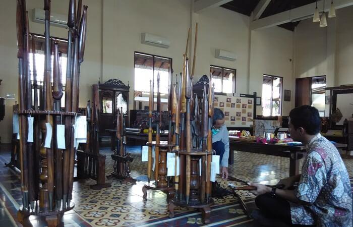 museum di desa wisata tembi menyimpan berbagai peralatan masyarakat jawa, mulai dari alat dapur sampai senjata