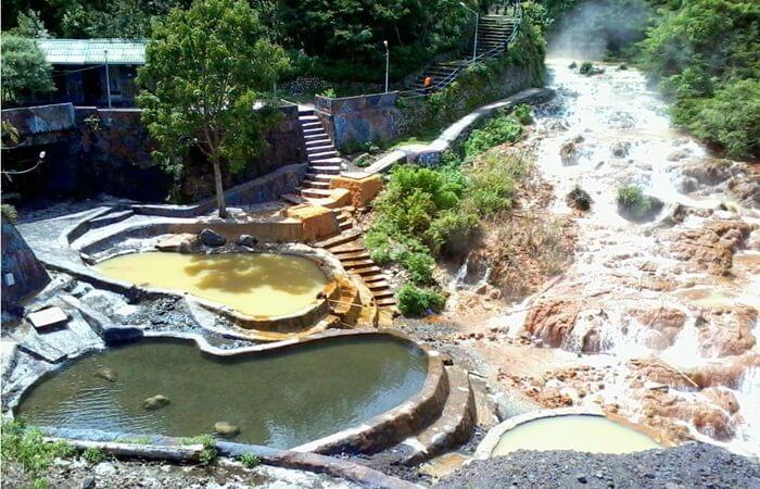 Air panas, salahs atu daya tarik wisata Gunung Kelud. air alam iyangsangat panas, bercampur dengana ir alami dingin, sehingga jadi hangat dan bisa dinikmati