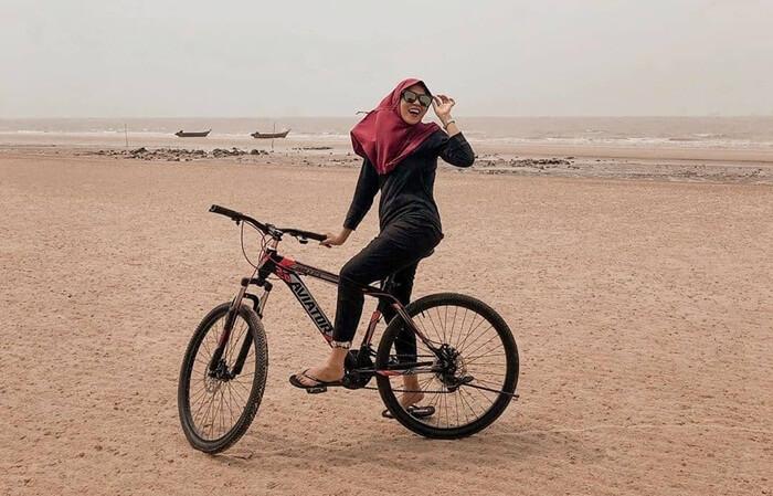 Bersepeda di Pantai Lapin, salah satu pantai indah di pulau rupat.