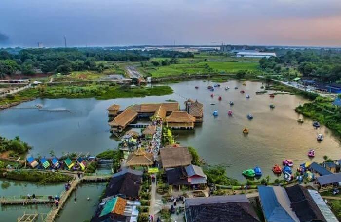 Di Taman Limo Jatiwangi ini objek wisata yang bisa kita jumpai antara lain danau, kolam ikan, saung-saung, wahana permainan anak, aneka kuliner, dan juga panggung hiburan.