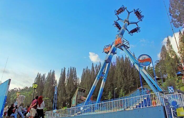 Wahana Tsunami Mikie Holiday Funland paling populer. Wahana paling extrem dengan putaran 360 derajat dengan ketinggian 25 meter setelah wahana berputar tegak lurus