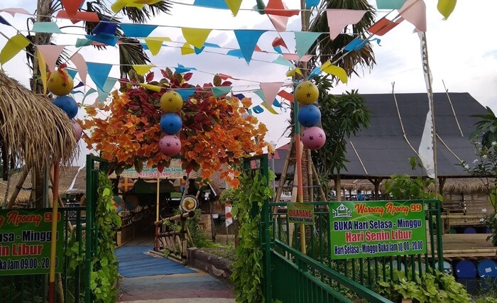 di Taman Limo Jatiwangi sudah disediakan Waroeng Apoeng 99. Waroeng Apoeng 99 merupakan tempat makan yang berada di atas danau yang menyajikan banyak menu-menu yang dijamin menggoyang lidah pengunjung