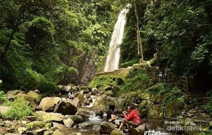 tempat wisata Tretes ini juga menyediakan taman yang pas untuk selfie. Selain itu, pemandangan sekitar memang aduhai.