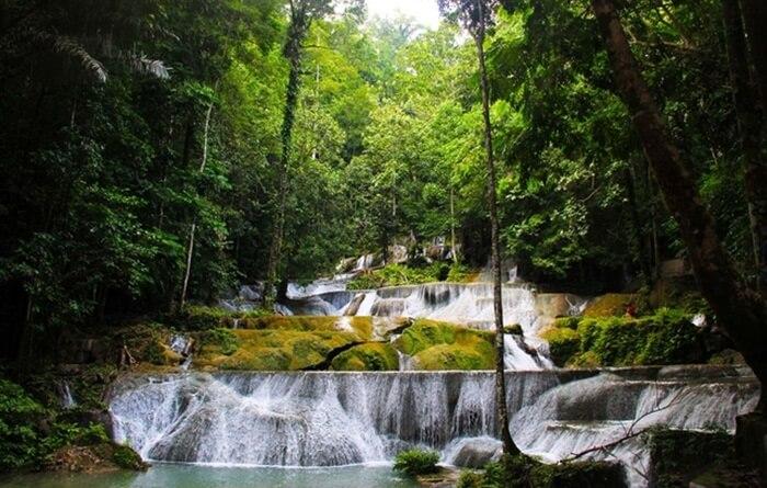 Air Terjun Oenesu merupakan tempat wisata Kupang paling favorit. Air terjun ini yang dikelilingi oleh rerimbunan berbagai jenis pohon menjadi pilihan cocok untuk menghalau rasa gerah