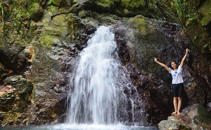 . Di bawah air terjun tempat wisata Singkawang ini terdapat semacam kolam untuk pengunjung bisa mandi dan berendam