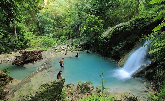 Pengunjung tempat wisata Kupang berupa Air terjun ini bisa menikmati kolam pemandian alami nan indah di sini. Aliran air terjun berkumpul hingga membentuk kolam yang cukup dalam, sekitar satu setengah meter.