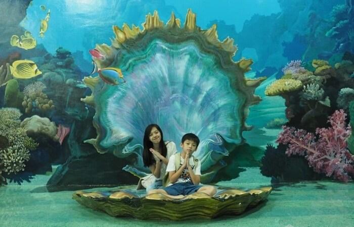"""Berkunjung ke Museum Lukisan 3D Amazing Art World Bandung, maka anda bisa menyaksikan langsung dari dekat koleksi ratusan gambar, dan juga sejumlah lukisan """"Tipuan Mata"""" yang mana daya khayal anda akan seperti dibawa keluar dari bingkainya."""