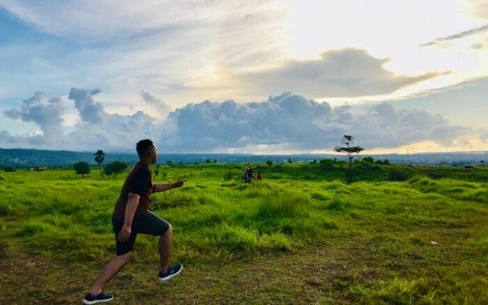karena tempat wisata Kupang ini sering dijadikan sebagai tempat memadu kasih para pemuda dan pemudi Kupang.
