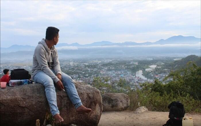 Dari bukit tempat wisata Gorontalo ini, pengunjung dapat menikmati pemdangan kota gorontalo dari atas bukit.