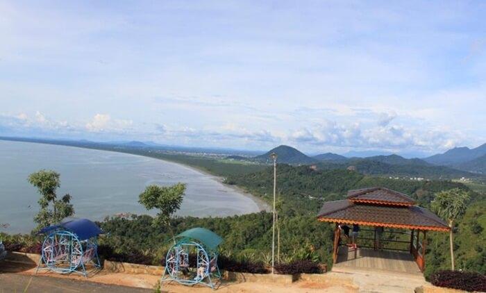 Bukit Rindu Alam merupakan bukit tempat wisata Singkawang, dengan ketinggian sekitar 400 meter di atas permukaan laut