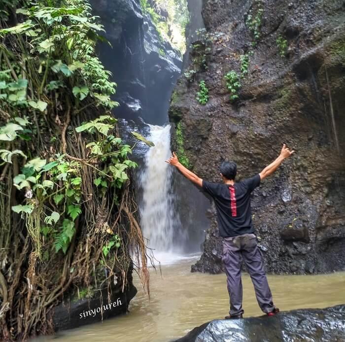 Tempat wisata Tretes Coban Lowo dengan ketinggian kira-kira 10 meter, jatuhnya air dibawahnya membentuk kubangan.