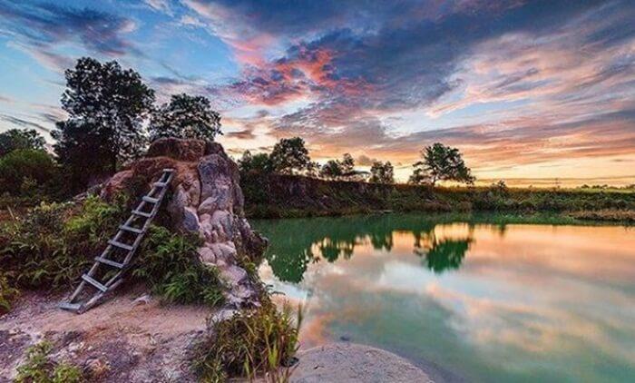Air danau tempat wisata Singkawang ini berwarna biru, terlihat cantik. Dihias dengan pepohonan hijau di sekitarnya.