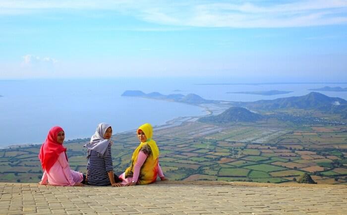 Dari desa tempat wisata Sumbawa ini, pengunjung bisa melihat Pulau Lombok dengan Puncak Gunung Rinjani di kejauhan serta hemparan lembah hijau di kaki bukit yang menakjubkan.