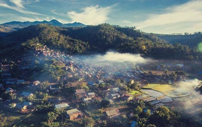 Sebuah desa di Pegunungan Batulanteh, Sumbawa, memegang teguh tradisi yang telah diturunkan dari para leluhurnya. Di ketinggian mencapai 900 mdpl, masyarakat bahu-membahu menciptakan suasana yang harmonis di lingkungan desa