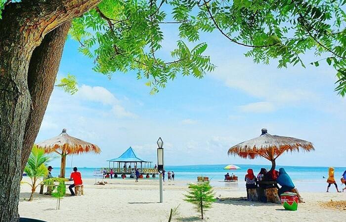 Gili Genting merupakan sebuah kecamatan. Tempat wisata Sumenep terkenal di pulau ini adalah Pantai Sembilan.