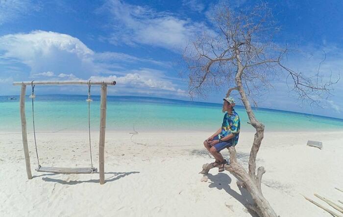 Pantai tempat wisata Sumenep ini sangat cocok untuk melakukan kegiatan fotografi. Selain pemandangan sekitarnya yang sangat cantik, hamparan pasir putih dan jernihnya biru air di Pantai ini bisa menjadi latar belakang sempurna yang menyegarkan bagi penikmatnya