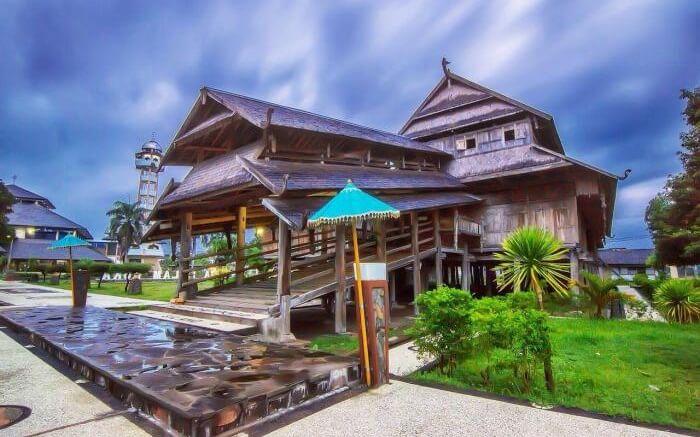 Berdiri kokoh di tengah Kota Sumbawa Besar, Istana Dalam loka merupakan tempat wisata Sumbawa yang menjadi saksi sejarah kejayaan Kesultanan Sumbawa.