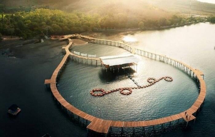 Atraksi utama tempat wisata Situbondo ini adalah puluhan keramba Kerapu. Selain puluhan keramba ikan ada juga dermaga apung berbentuk melingkar di atas air.