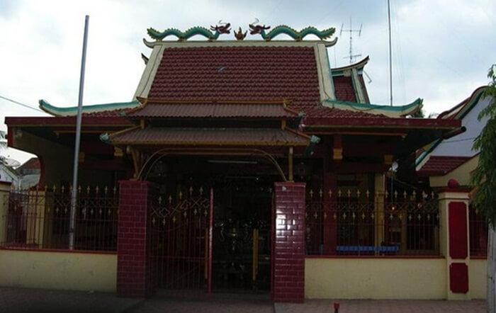 klenteng Poo Tong Biaw, tempat wisata Situbondo ini juga memiliki arsitektur yang menawan.