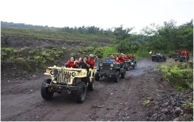 Di sepanjang jalan menikmati tempat wisata Sleman ini, pengunjung menyaksikan pemandangan yang beragam seperti perkampungan yang sudah rata dengan tanah, lautan pasir, hingga Merapi yang berdiri dengan megahnya.