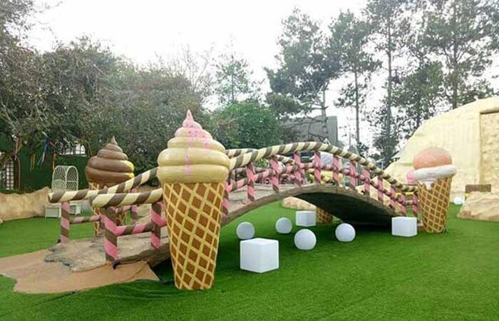 , Lembang Wonderland punya konsep wisata taman rekreasi yang unik. Pengunjung bakal diajak berkelana ke negeri fantasi seperti dalam cerita Alice in Wonderland.